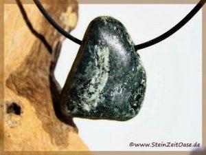 Bronzit-Peridotit Trommelstein gebohrt