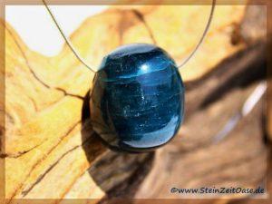 Apatit blau Trommelstein gebohrt