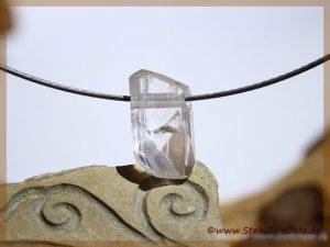Danburit farblos Kristall mit Spitze gebohrt