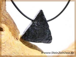 Turmalin schwarz Schörl Kristallquerschnitt Rohstein gebohrt