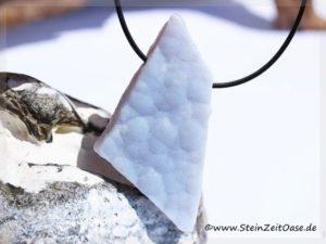Chalcedon blau-gebändert Naturscheibenstein / Rohsteinform gebohrt